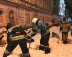 Фото: Сошедший с крыши снег разрушил пешеходный мост в Твери, есть пострадавшие